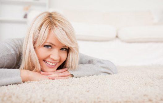 Kvinde på ryatæppe